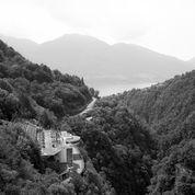 """<span class=""""nome_artista"""">Allegra Martin <p class=""""nome_opera"""">Estate, Canton Ticino</p> <p>2014</p> <p class=""""info_opera"""">Fotografia in bianco e nero</p> <p>50x40cm</p></span>"""