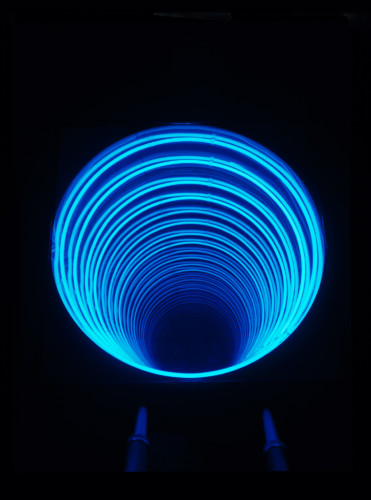 """<span class=""""nome_artista"""">Paolo Scirpa<p class=""""nome_opera"""">Pozzo. Espansione+traslazione cilindrica</p><p class=""""info_opera"""">Legno+neon azzurro+specchi - 1981, 52x83x83 cm</p></span>"""