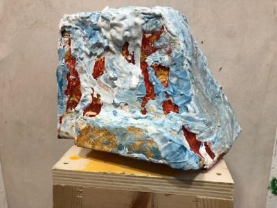 """<span class=""""nome_artista"""">Giovanni Frangi<p class=""""nome_opera"""">La vita segreta delle piante II </p><p class=""""info_opera"""">sgabello in legno resina e gesso<br> 2018, cm99x35x35</p></span>"""